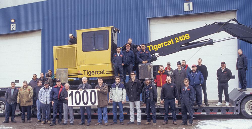 En seulement cinq ans, en 1997, Tigercat a expédié sa 1000e machine. Le groupe de chargeurs est présenté ici devant la première usine spécialisée de Tigercat, au 86 Plant Farm Blvd, Brantford.