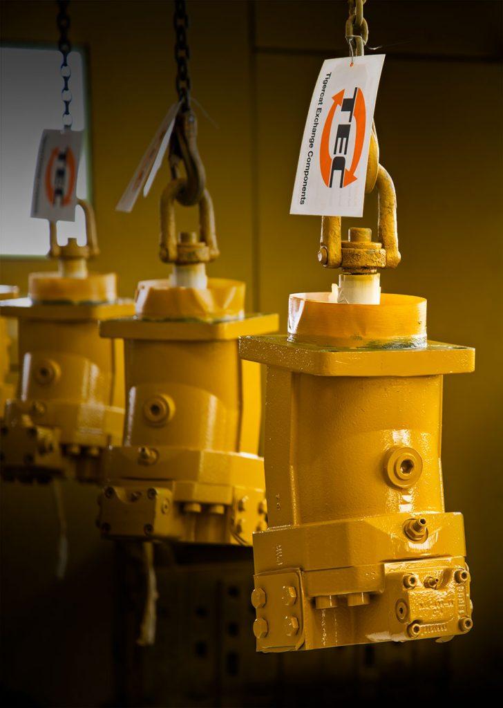 Pièces remises à neuf de Tigercat suspendues pour sécher dans le centre de remise à neuf de Tigercat. Une étiquette affichant«TEC: Tigercat Exchange Components» (composant de rechange Tigercat), pend de la pièce.