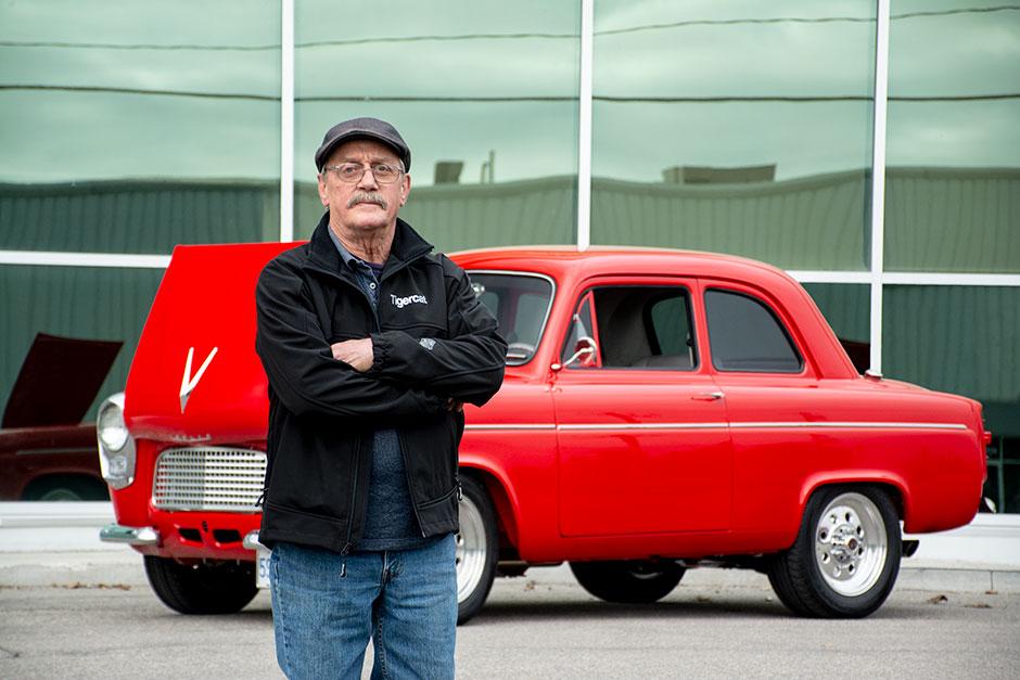 Джордж Диринг, инспектор по техническому обслуживанию Tigercat рядом с его личным Ford Anglia 1959 года – классическим «хот-родом».