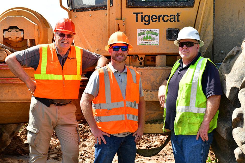 Da esquerda para a direita: Heinz Pfeifer, gerente regional da Tigercat; Chris Gibson, proprietário da Chris Gibson Logging LLC; Jeff Reynolds, especialista de vendas da Smith Equipment.